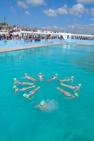 Synchronised swimming display at Art75